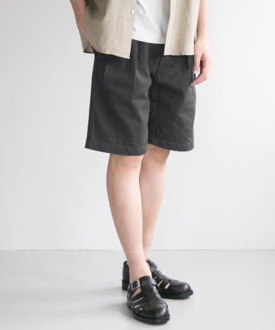 Two-tuck army shorts